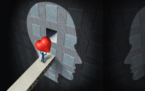 Człowiek wkładający wielkie serce w naszą głowę. Symbolizujące motywację