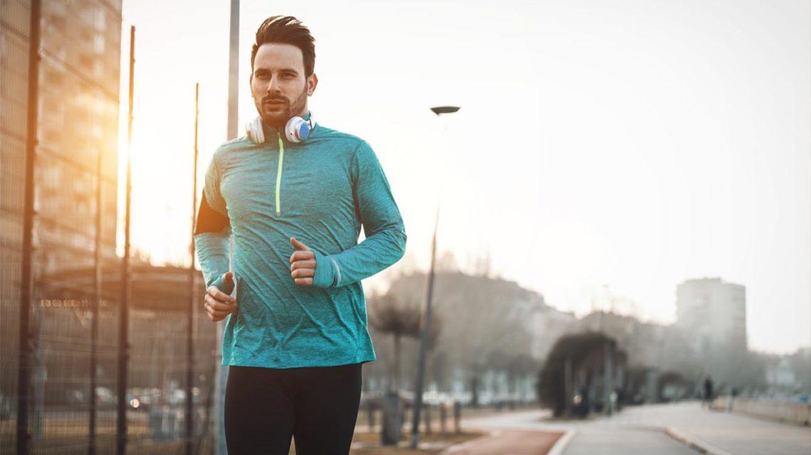Biegacz w stroju sportowym przemierzający kolejny odcinek trasy.