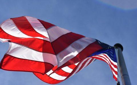 Flaga amerykańska powiewająca na wietrze.
